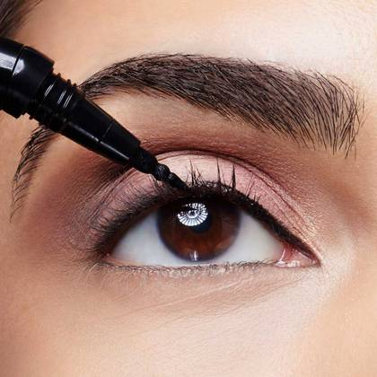 maybelline-eyeliner-lash-sensational-curvitude-liner-application-macro-slide4-1x1